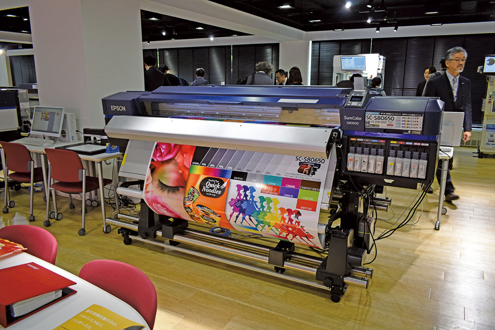 307e777cba 2階には、「プロダクションゾーン」として、BtoB向けのサイン・ディスプレイ用途の大判プリンタSureColorシリーズの主力ラインアップを常設展示。